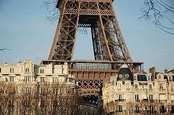 Tour_Eiffel_surplombant_Paris.jpg